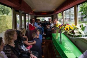 Met de uitvaartbus samen de overledene wegbrengen