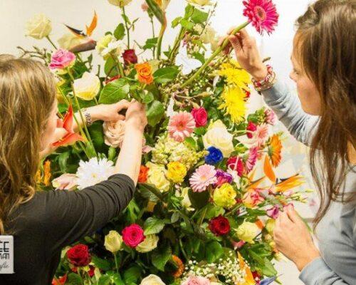 Persoonlijke uitvaartzorg. samen een bloemstuk maken