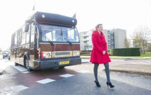 Begrafenis Zutphen. Marinka loopt voor de uitvaartbus