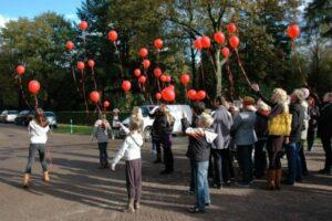Uitvaart Ugchelen. Ballonnen oplaten op Heidehof