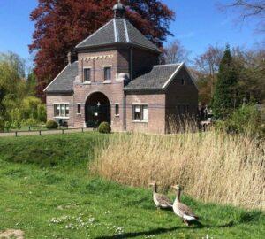 Begrafenis Zutphen. Poortgebouw RK begraafplaats