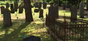 Begraafplaats Eerbeek. de groene bordjes markeren de plaats voor nieuwe graven