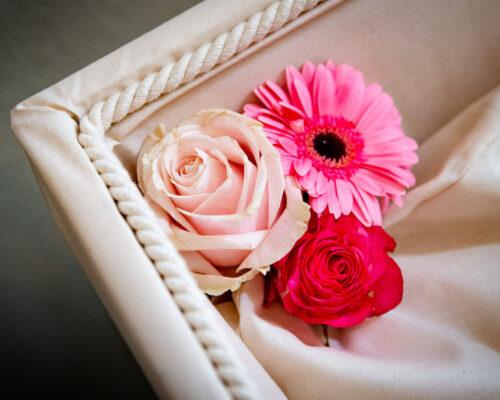 Bloemen in de hoek van de kist