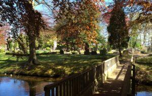 de brug tussen de begraafplaatsen