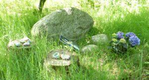 Natuurbegraafplaats. Zwerfkei op Westerwolde