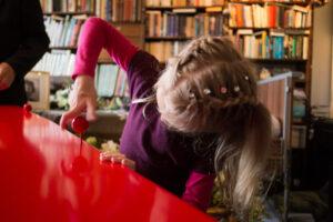 kleindochter helpt bij het sluiten van de kist