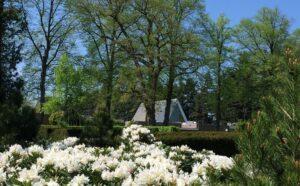 Het crematorium midden op de begraafplaats