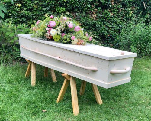 Een kist in de tuin